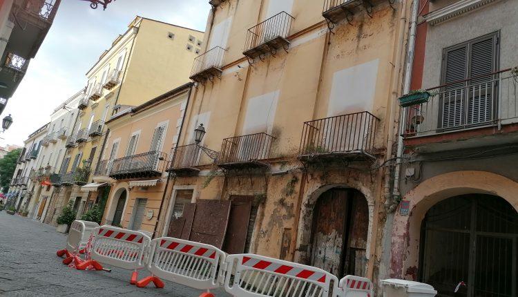 Calcinacci giù dal palazzo senza finestre di Via S. CARLO ...